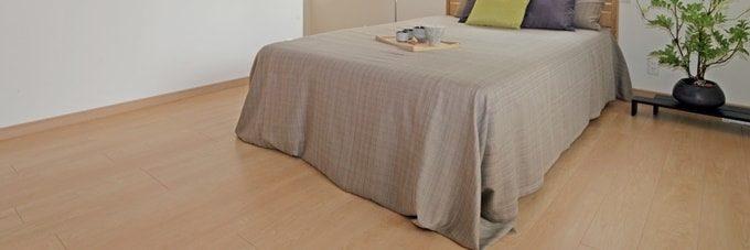 ベッドとフローリング