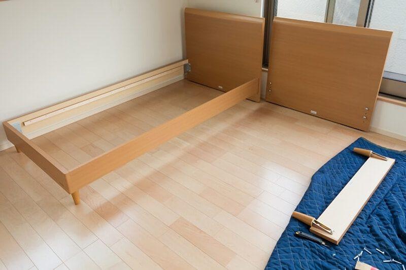 ベッドを組み立てる