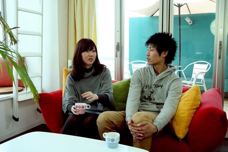 ソファに座る2人