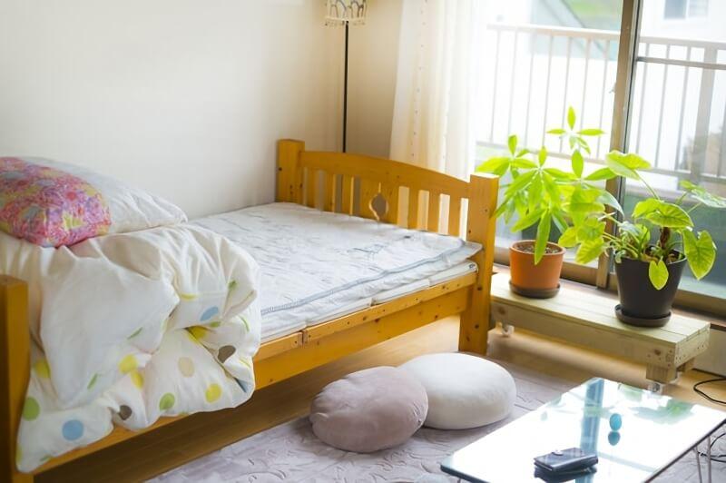 日差しが差し込む寝室