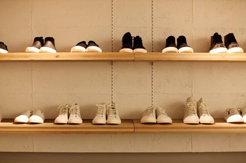 壁の棚に置かれ靴
