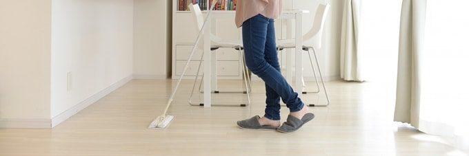 フローリングワイパーで掃除をする女性