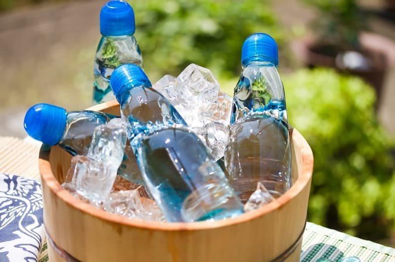 桶の中の氷で冷やされたラムネ
