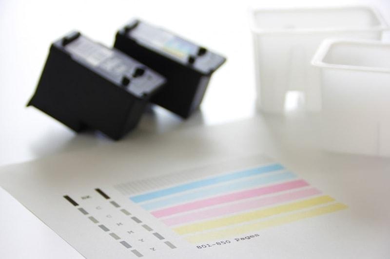インクカートリッジとテスト印刷した用紙