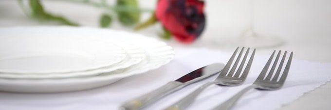セットされたナイフ、フォークとお皿