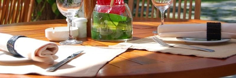 テラスのテーブルに敷かれたランチョンマット