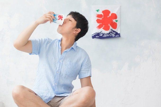 かき氷を食べる男性