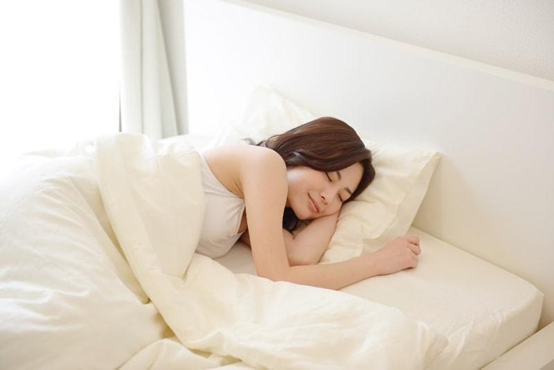 気持ちよく寝る女性