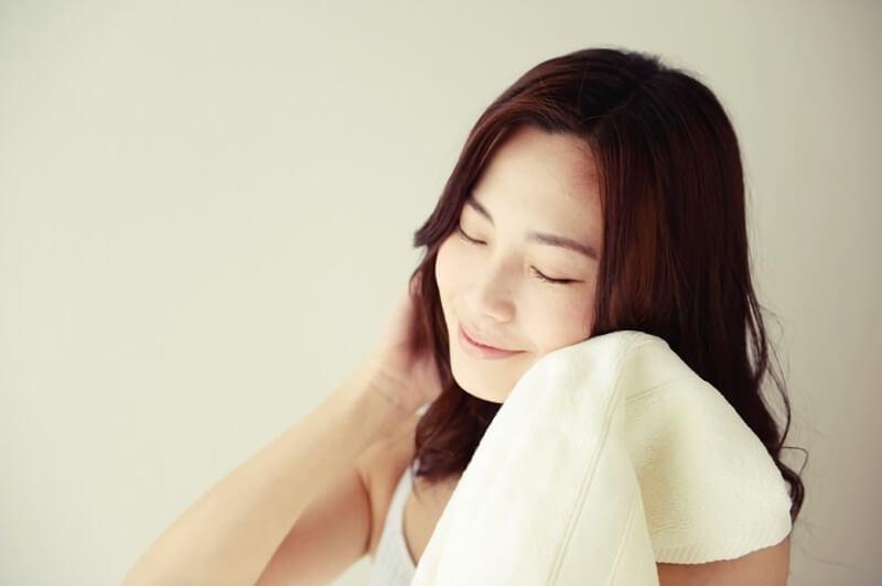肌触りの良いタオルを使う女性
