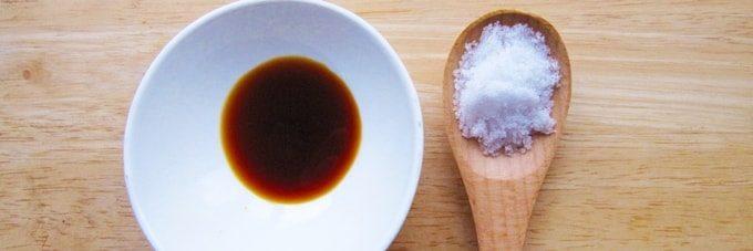 小皿の醤油と木スプーンの塩
