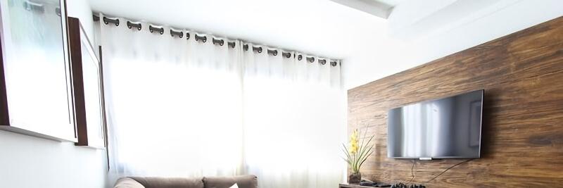 カーテン越しに光の差し込む部屋