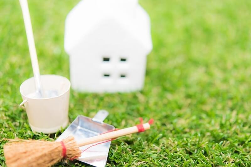 家の模型と掃除用具