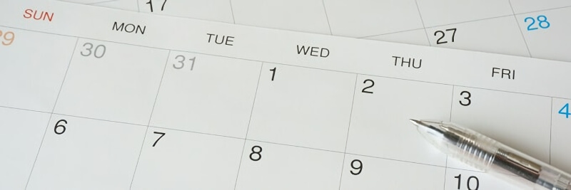 カレンダーとボールペン