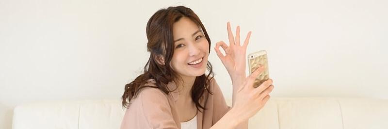 笑顔でOKサインをする女性