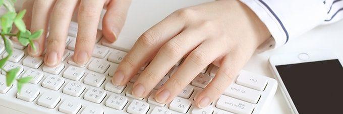 タイピングをしている女性の手