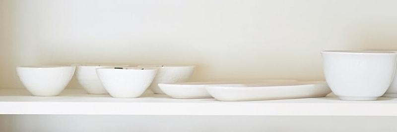 食器棚に並んだ食器