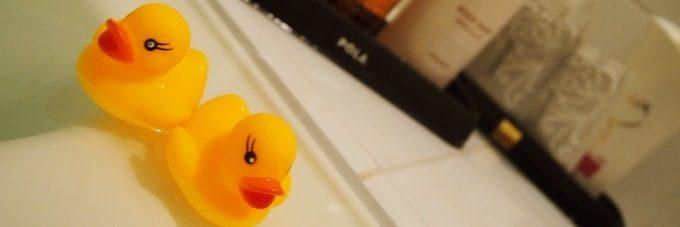 お風呂に入るあひるのカップル