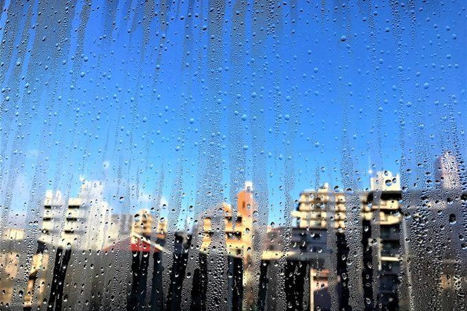 結露した窓ガラス越しの街並み
