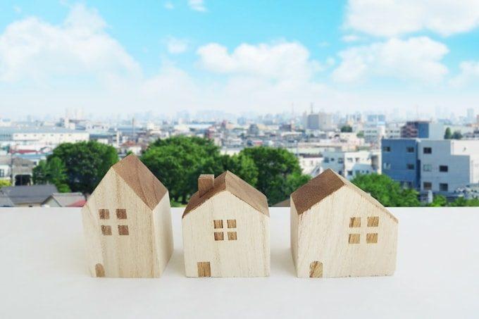 家の模型と住宅街