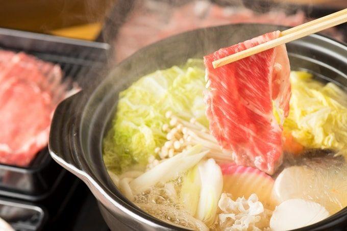 鍋にお肉を入れる