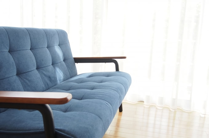 ブルーの北欧テイストのソファ